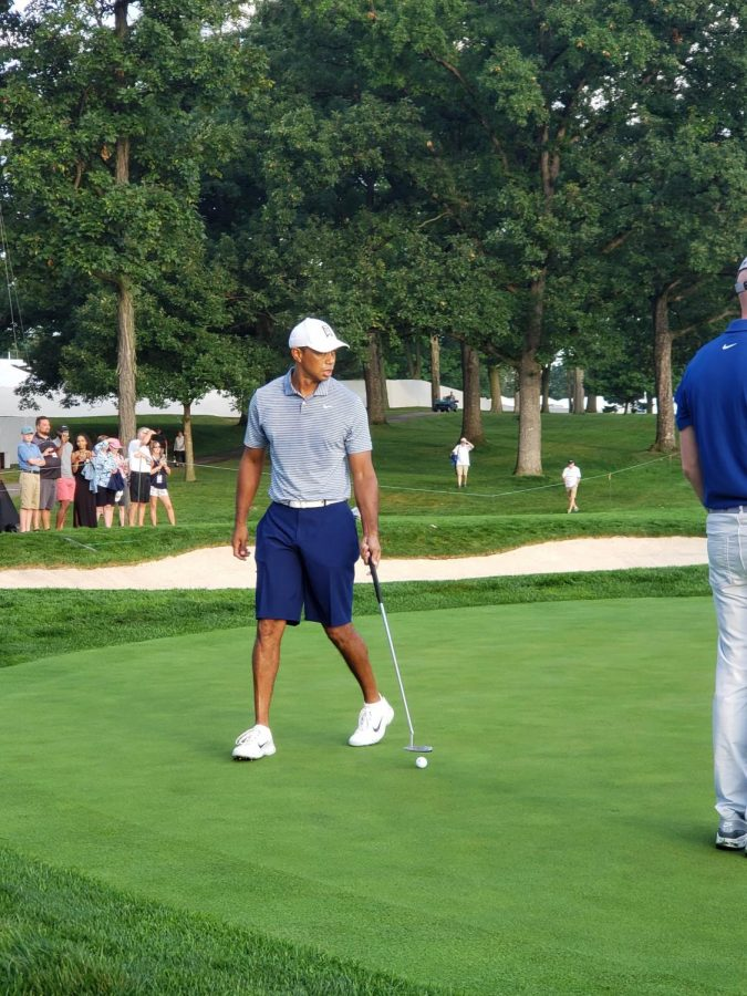 Tiger Woods practicing putts at Medinah Country Club at the 2019 BMW Championship